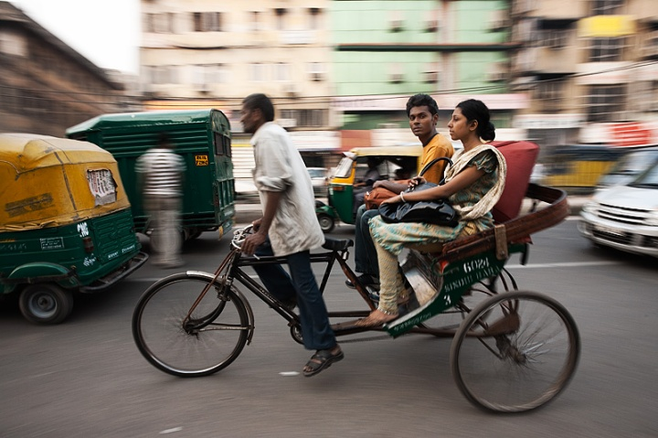 091201_delhi_india_cycle_rickshaw_motion_pan_passenger_look_MG_7513