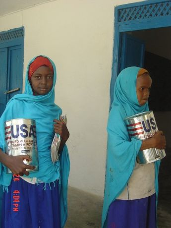 800px-Somali_girls_with_food_aid