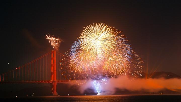 fireworks-825652_1920.jpg